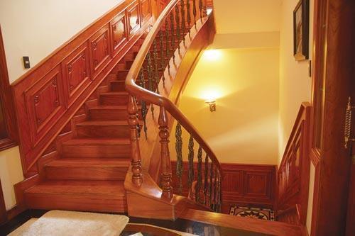 Cầu thang được sử dụng vật liệu bằng gỗ cao cấp.