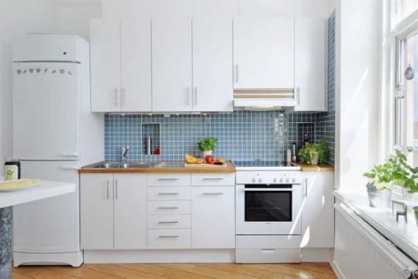 Mẫu tủ bếp bằng gỗ Laminate với gam màu trắng tươi sáng.