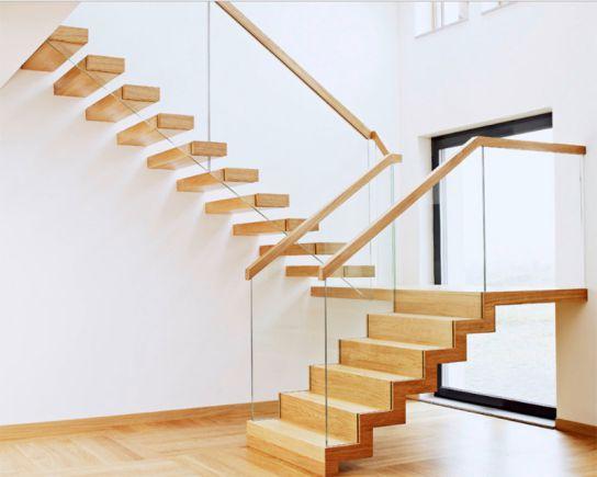 Với cầu thang hai vế, bạn cần thi công một cách chắc chắn và an toàn. Những bậc thang âm tường phía trên làm nổi bật cho vế dưới lạ mắt và độc đáo
