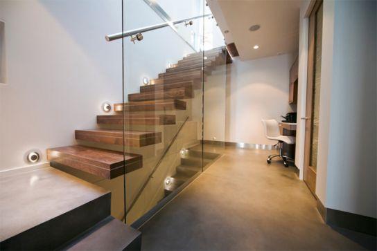 Mẫu cầu thang này khá giống với kiểu dáng ở trên mang lại sự an tâm cho người sủ dụng.