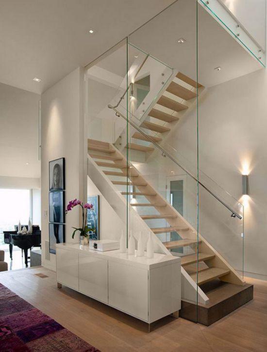 Chiếc cầu thang này là một mẫu thiết kế vô cùng độc đáo: lan can kính được thay bằng cả một bức tường thủy tinh. Vừa đảm bảo an toàn cho các thành viên trong gia đình, phía bên kia có một tay nắm bằng thép không gỉ được gắn vào tường cố định đẹp mắt.