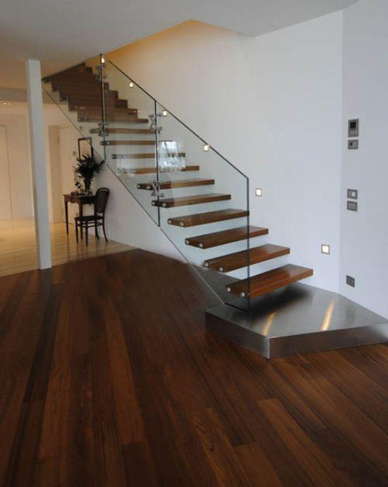 Với phong cách tối giản, mẫu cầu thang này là một trong những không gian khá đặc biệt. Màu của các bậc cầu thang trùng với màu của sàn nhà. Tạo nên sự tao nhã và đồng bộ.