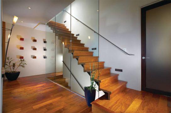 Lan can kính được thay bằng cả một bức tường thủy tinh tạo nên sự an toàn cho các thành viên đặc biệt là các cô bé cậu bé hiếu động trong ngôi nhà và những người cao tuổi.