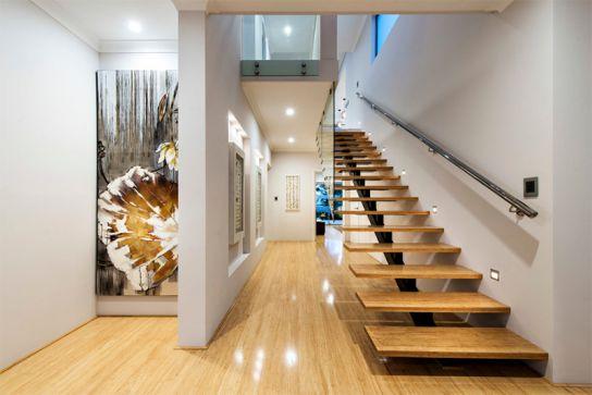 Trong mẫu cầu thang này, phần thép sẽ giữ cố định cho các bậc thang không chiếm quá nhiều diện tích. Màu sắc, ánh sáng, hài hòa đồng nhất. Từng vị trí trong không gian là một không gian nghệ thuật riêng biệt.