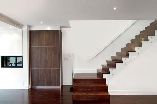 Khi gỗ và kính kết hợp với màu trắng sẽ làm cho bạn cảm giác thoải mái, ưu nhìn. Việc bài trí hợp lí sẽ cho ra kết quả là bạn sẽ có một mẫu cầu thang tuyệt đẹp như trong ảnh!