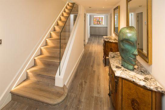Cầu thang ngày nay đã được cải tiến với nhiều ưu điểm vượt trội vừa làm không gian lưu trữ vừa tiết kiệm diện tích vừa được tạo nên bởi điểm nhấn hoàn hảo. Các bạn có thể thấy màu sắc được hài hòa, vật dụng bố trí hợp lý. Đây không còn là một chiếc cầu thang bình thường nữa, nó dường như là một không gian nghệ thuật sắc xảo.