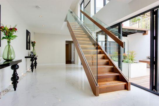 Gỗ được sử dụng cho các bậc thang vừa được thêm vào phần lan can để nắm bắt tạo sự thăng bằng dễ dàng.