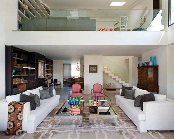 Phòng khách sử dụng gạch men trắng và bộ sofa trắng cùng hài hòa với giấy dán tường.